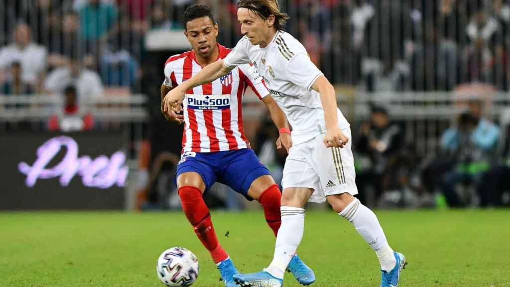 Luka Modric evita la presión de Renan Lodi