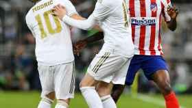 Fede Valverde intenta evitar el choque con Luka Modric mientras es presionado por Thomas Partey