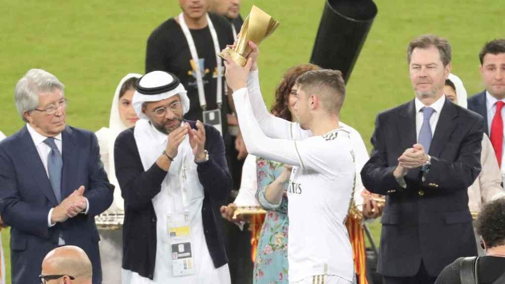 Fede Valverde recibe el MVP de la final de la Supercopa