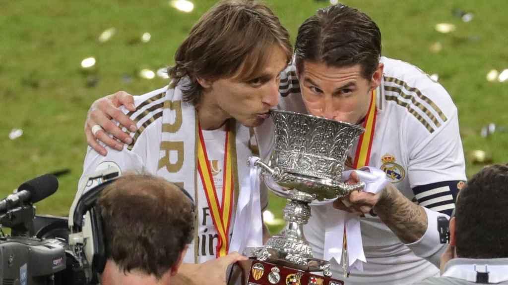Luka Modric y Sergio Ramos con el trofeo de la Supercopa de España