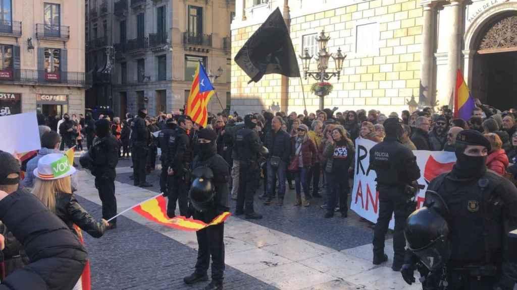 Unos 200 CDR increpan a simpatizantes de Vox en Barcelona.