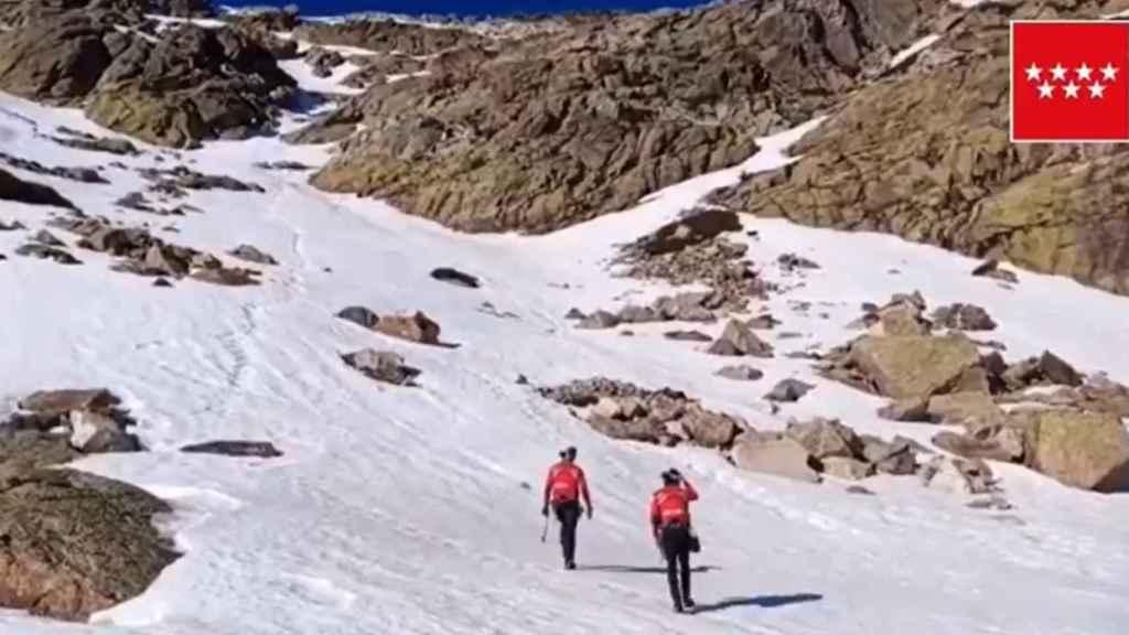 Efectivos del GERA acuden al risco de los Claveles, en la Sierra de Madrid.
