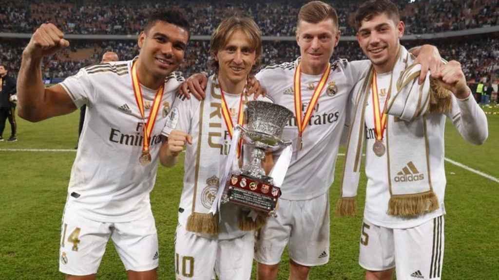 Casemiro, Luka Modric, Toni Kroos y Fede Valverde, con la Supercopa de España