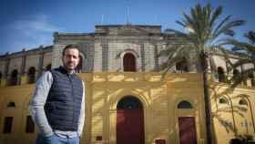 Carlos Aguilar delante de una puerta de la plaza de toros de Jerez de la Frontera (Cádiz), este lunes.