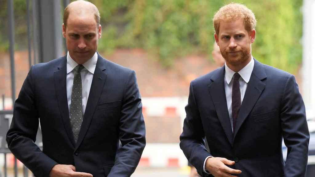 Los príncipes Guillermo y Harry de Inglaterra.