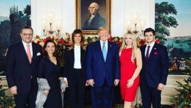 La familia Trump junto al nuevo novio de TIifanny y sus padres.