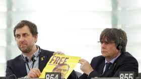 Puigdemont y Comín exhiben un cartel pidiendo la libertad de Junqueras
