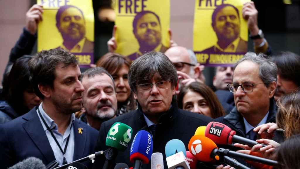 Puigdemont hace declaraciones a la prensa este lunes a las puertas de la Eurocámara.