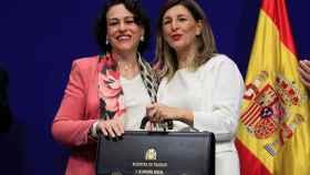 Magdalena Valerio, exministra de Trabajo y Seguridad Social, hace entrega de la cartera de Trabajo a Yolanda Díaz.