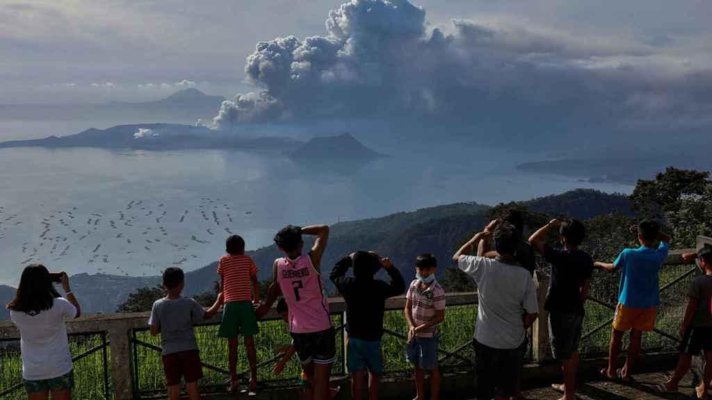 Los residentes observan el volcán en erupción Taal en la ciudad de Tagaytay.