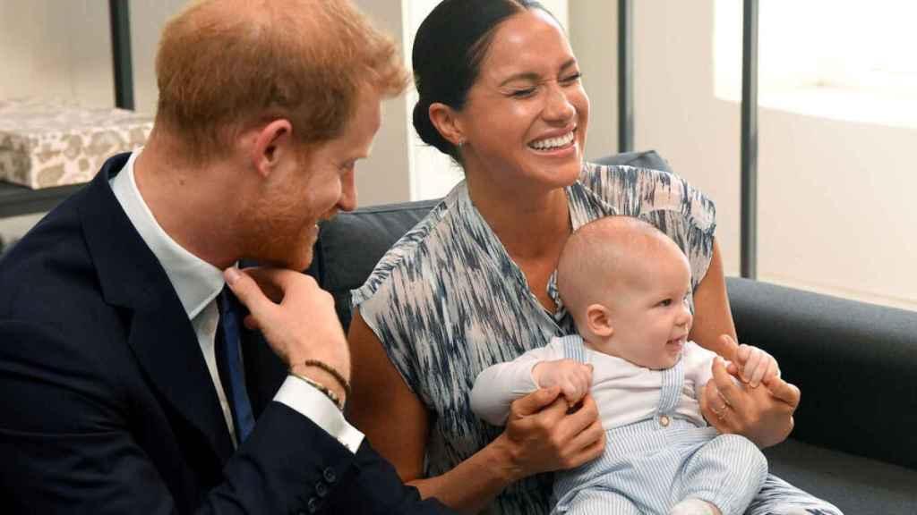 Harry y Meghan, junto a su hijo Archie.