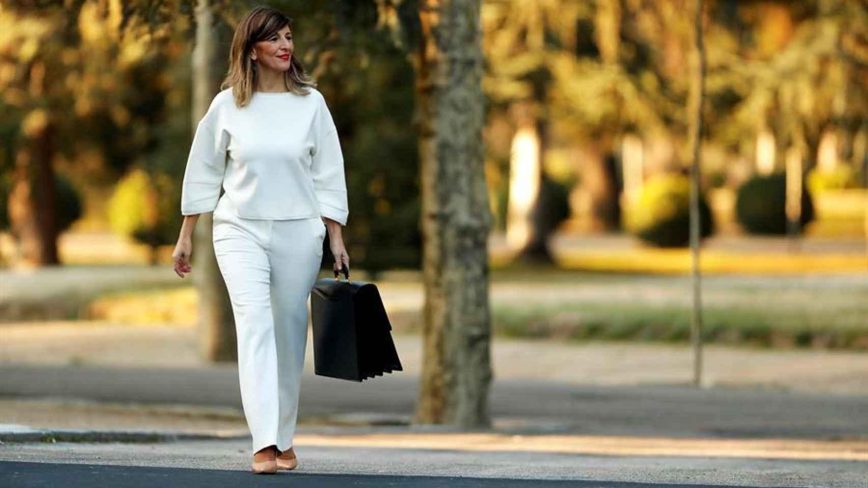 La ministra de Trabajo, Yolanda Díaz, llega al Palacio de la Moncloa para asistir al primer Consejo de Ministros del Gobierno de coalición.