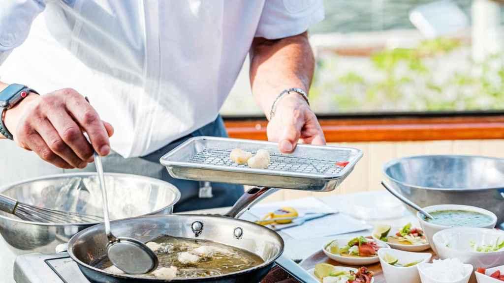 El chef de BlueNalu friendo tacos de pescado creado en laboratorio.