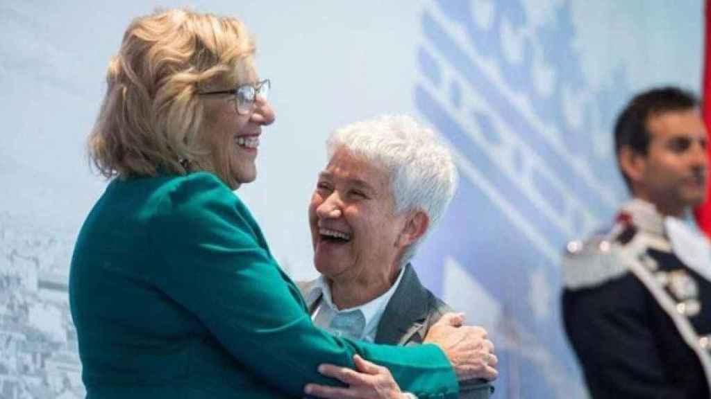 Boti García, cuando recibió la Medalla de Oro de Madrid, junto a Manuela Carmena.