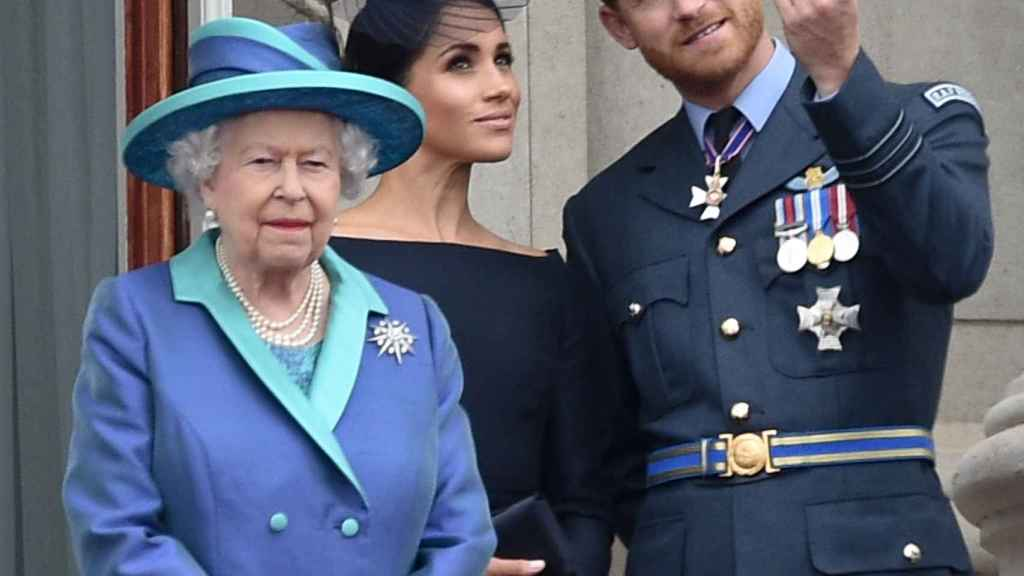 La reina Isabel II junto a Meghan y Harry.