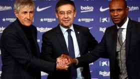 Josep María Bartomeu, y el director deportivo, Eric Abidal, junto al nuevo entrenador del club, Quique Setién