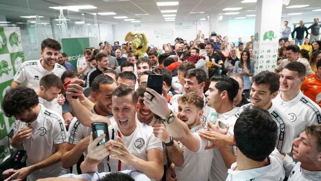 Los jugadores de Unionistas de Salamanca celebran el emparejamiento con el Real Madrid en Copa del Rey