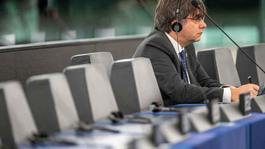 Carles Puigdemont, sentado en su escaño del Parlamento Europeo en Estrasburgo.