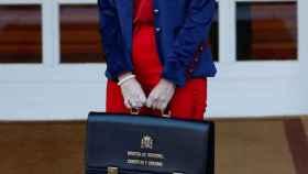La ministra de Industria, María Reyes Maroto, llega para asistir a la primera reunión del gabinete en el Palacio de la Moncloa.