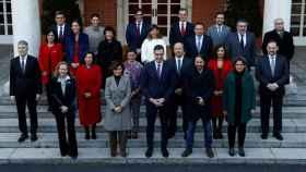 Pedro Sánchez y  sus vicepresidentes y ministros posan cuando llegan para asistir a la primera reunión del gabinete en el Palacio de Moncloa.