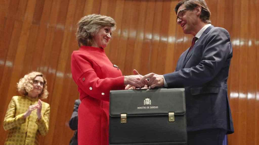 María Luis Carcedo y Salvador Illa, en el momento en el que el nuevo ministro recibe la cartera de Sanidad.