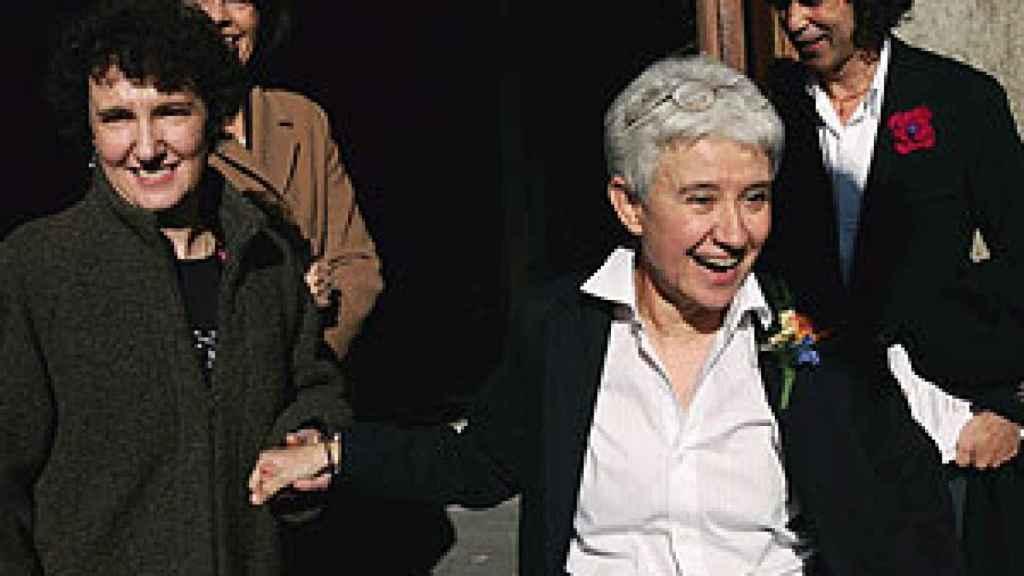 Beatriz Gimeno (izda.) y Boti García (dcha.), en su boda, celebrada en diciembre de 2005.