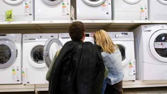 Una pareja ojea las lavadoras de un supermercado.