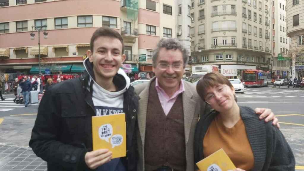 Manel Carceller, delegado de la Plataforma per la Llengua, junto a los afectados.