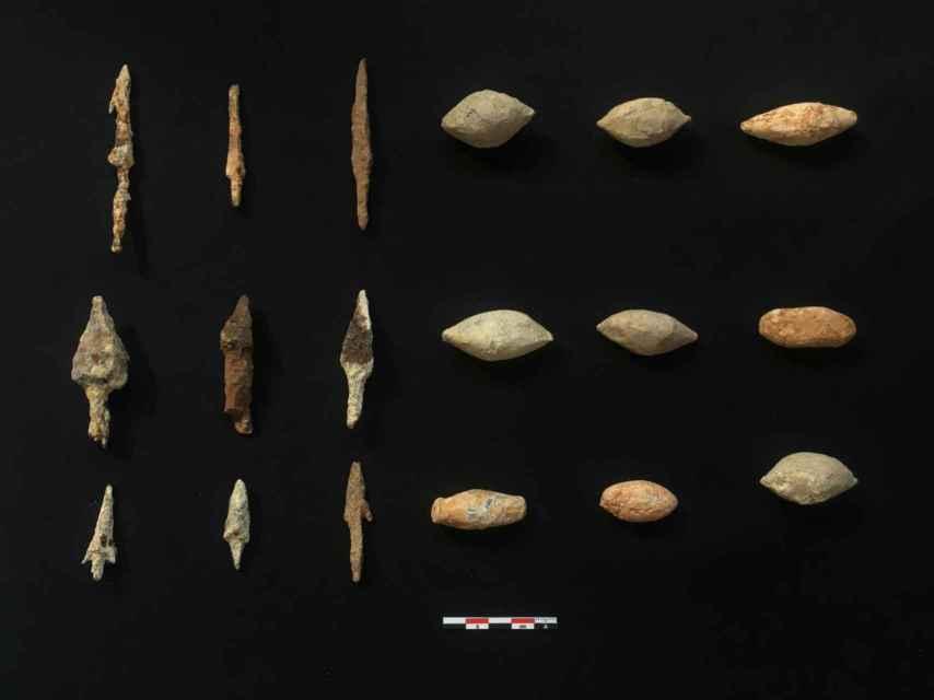 Glandes de honda y puntas de flecha romanas desenterradas en Montemayor.