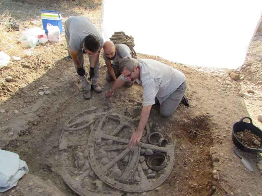Los arqueólogos excavando el carro ibérico de Ulia.