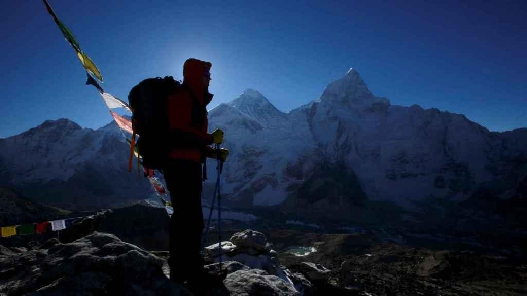Una imagen de archivo de un excursionista frente al Monte Everest.