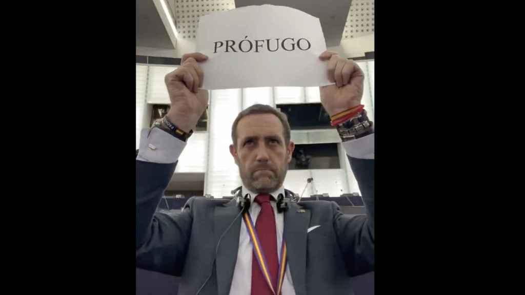 Bauzá muestra un cartel con la palabra 'prófugo' en el Parlamento Europeo en referencia a Puigdemont.