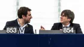 Carles Puigdemont y Toni Comín, en el gallinero del hemiciclo de la Eurocámara