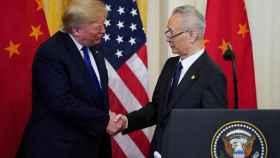 El presidente Trump estrecha la mano al vice primer ministro chino Liu He.
