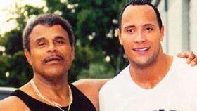 Dwayne Johnson 'La Roca' junto a su padre.