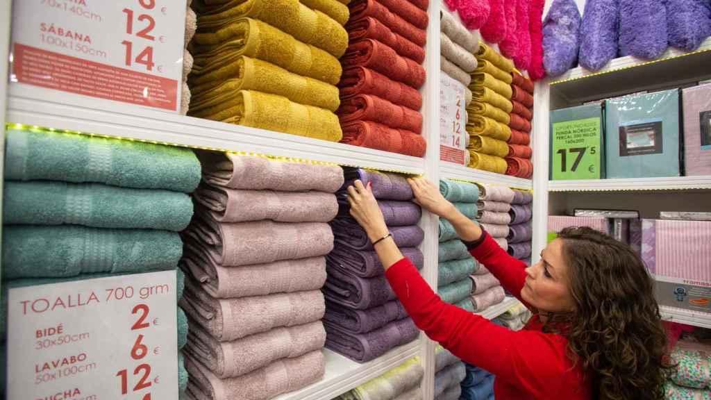 Una empleada de TRAMAS en la tienda que la firma tiene en Mairena del Aljarafe.