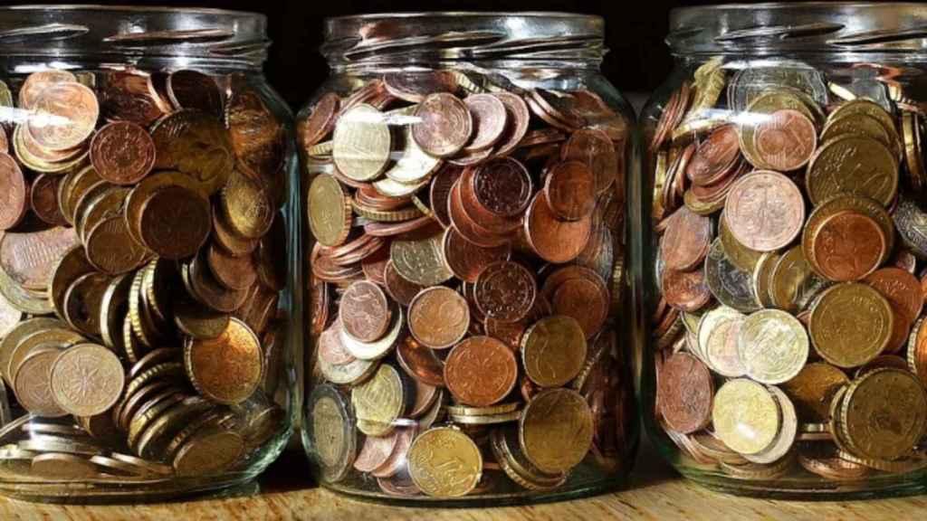 Monedas de euro en frascos.