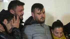 David Serrano, segundo por la izquierda, llora junto a los padres de Julen, José Roselló y María Victoria García, durante una vigilia celebrada en Totalán (Málaga) horas de hallar el cadáver del menor.
