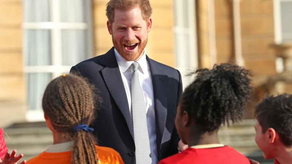 El príncipe Harry con jóvenes jugadores de rugby.