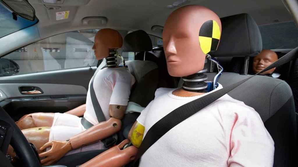Dos maniquíes masculinos que se utilizan para las pruebas de coches.