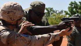Un militar español instruye a uno maliense en la lucha contra el yihadismo.