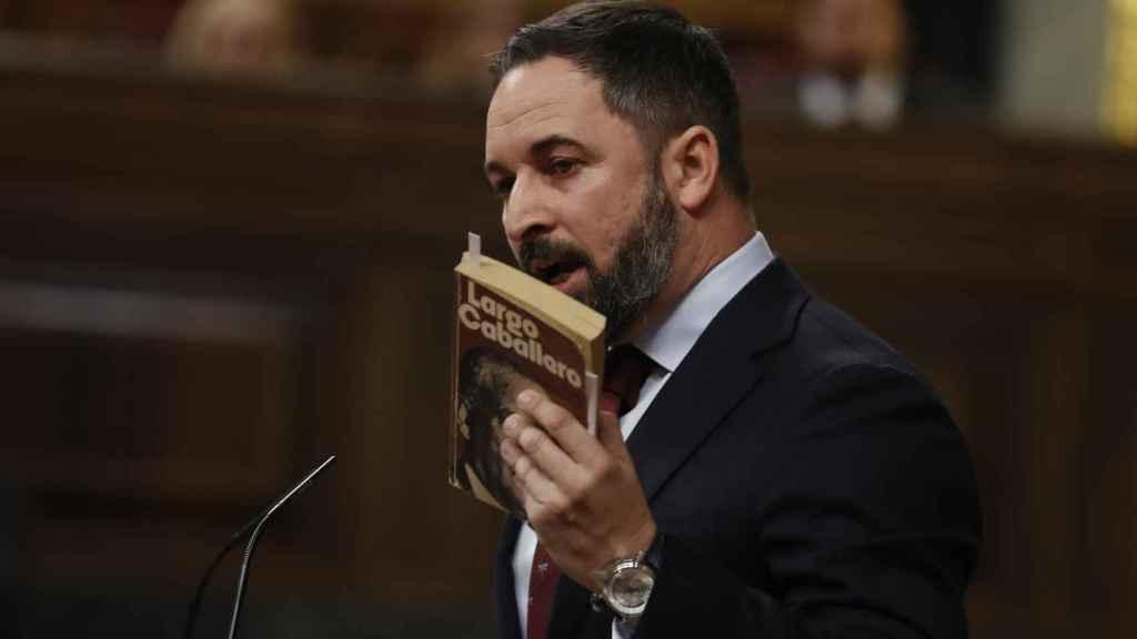 Abascal, durante la investidura de Pedro Sánchez, sosteniendo el libro de Largo Caballero.