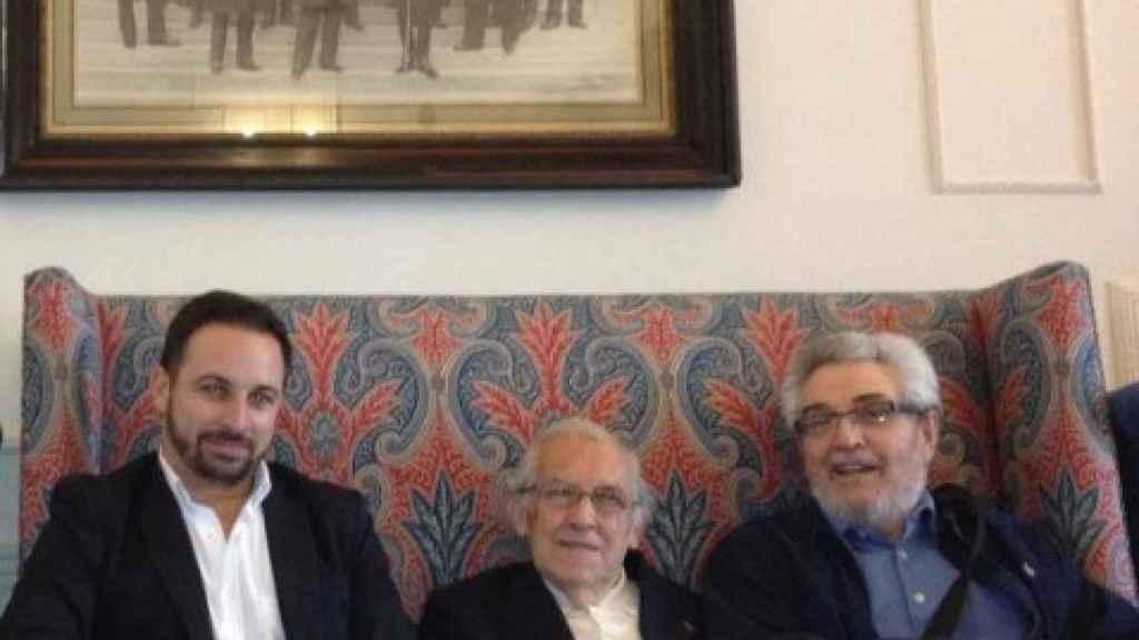 Santiago Abascal, a la izquierda, junto al filósofo Gustavo Bueno, en el centro.