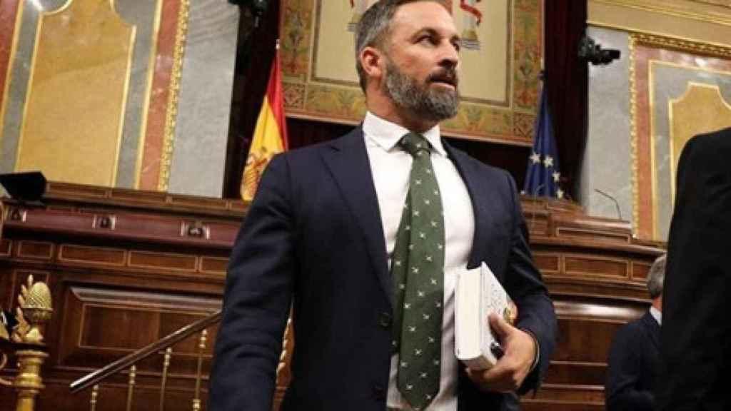 El líder de Vox con 'La conquista de América contada para escépticos', de Juan Eslava Galán.