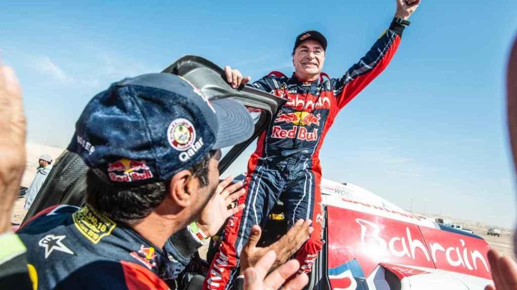 Carlos Sainz baja victorioso de su Mini tras concluir la última etapa del Dakar, en Qiddiya.