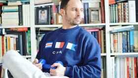 Santiago Abascal, líder de Vox, con una pesa y frente a su biblioteca en casa.