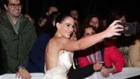 Celia Freijeiro sacándose 'selfies' con los fans.