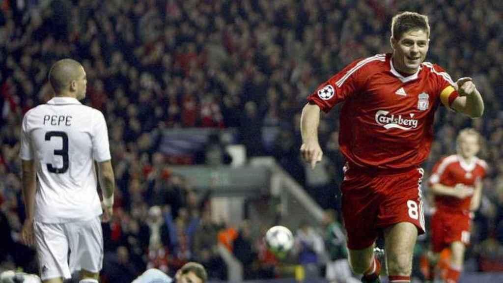 Steven Gerrard, ex capitán del Liverpool, en un partido en 2009 contra el Real Madrid.