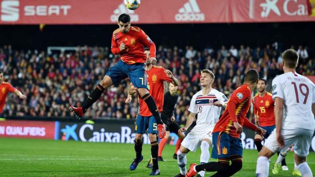 El remate de cabeza, una práctica común en los futbolistas profesionales. En la foto cabecea el español Morata.