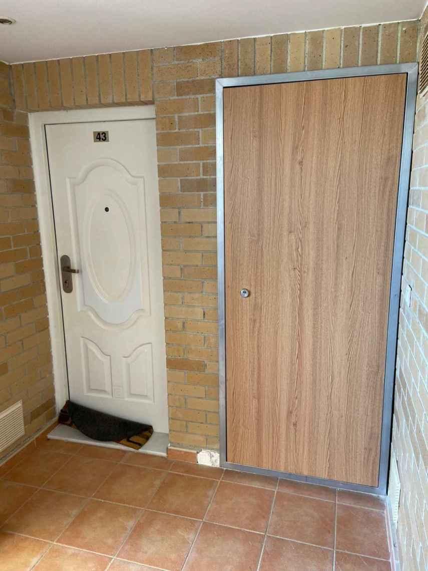 Puertas de seguridad en apartamentos que ya han sido forzados.